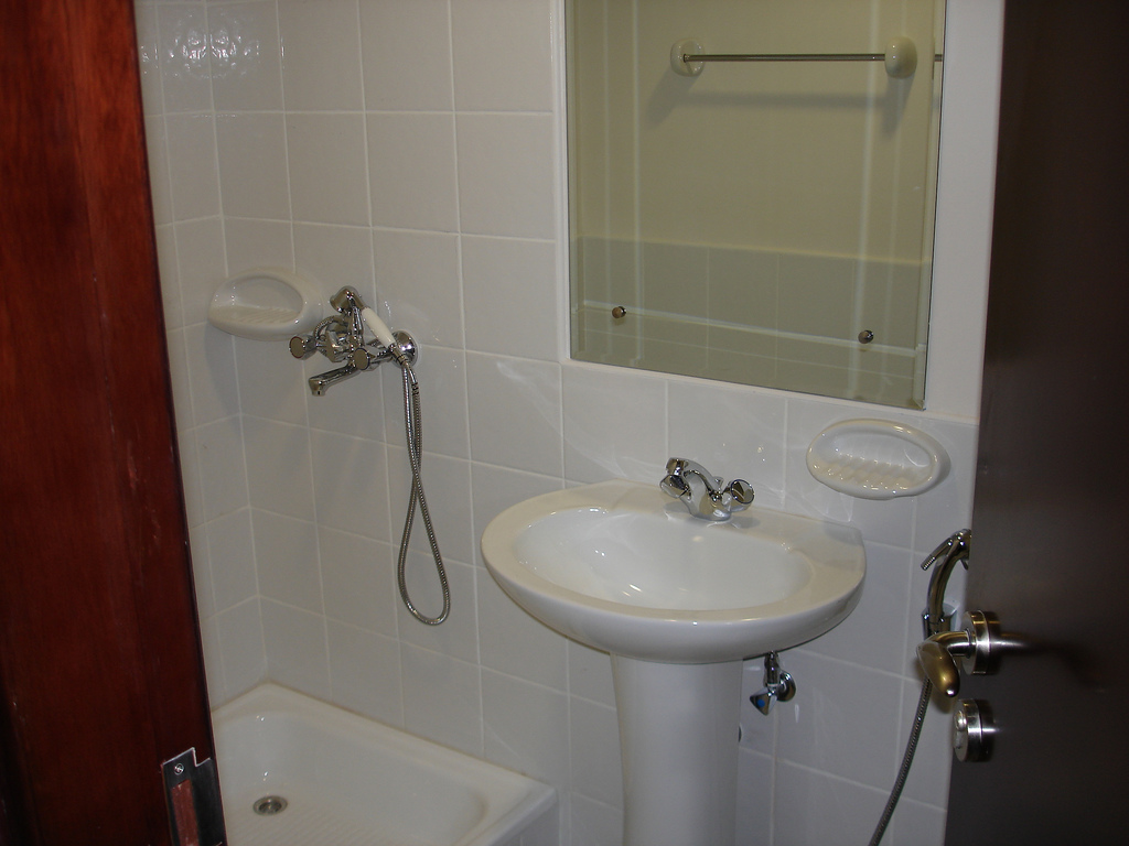How To Find Someone To Help Clean Your Home In Dubai Dubai Expats - Bathroom maid